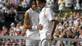 Rafa Nadal y Roger Federer, durante la final de Wimbledon de 2007
