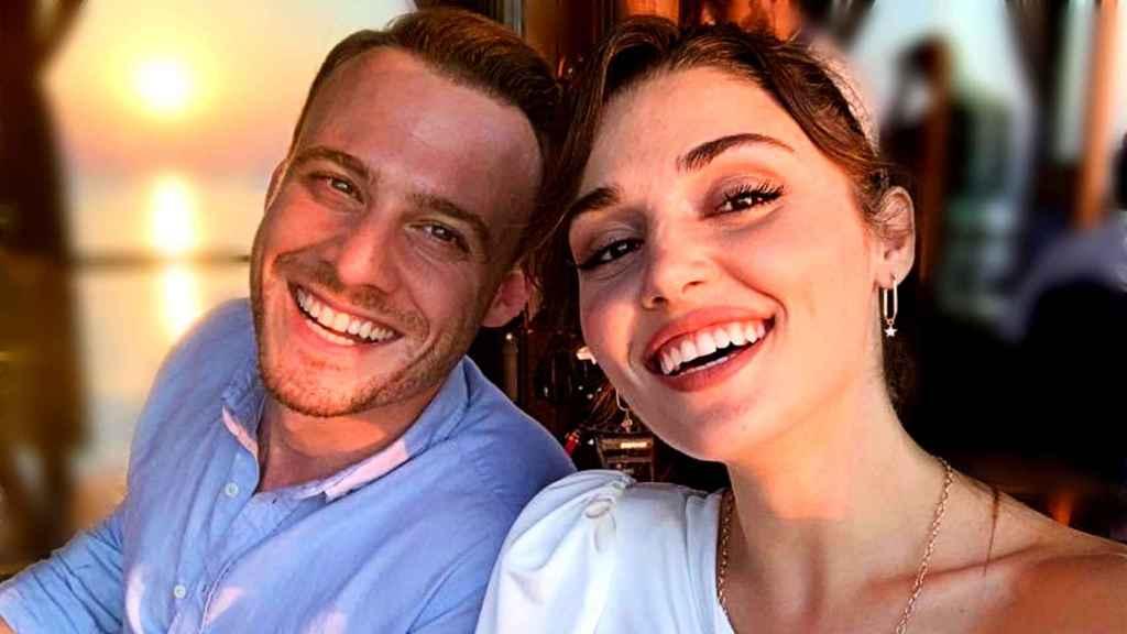 Hande Erçel y Kerem Bürsin han confirmado su romance con fotografías idílicas en Maldivas.