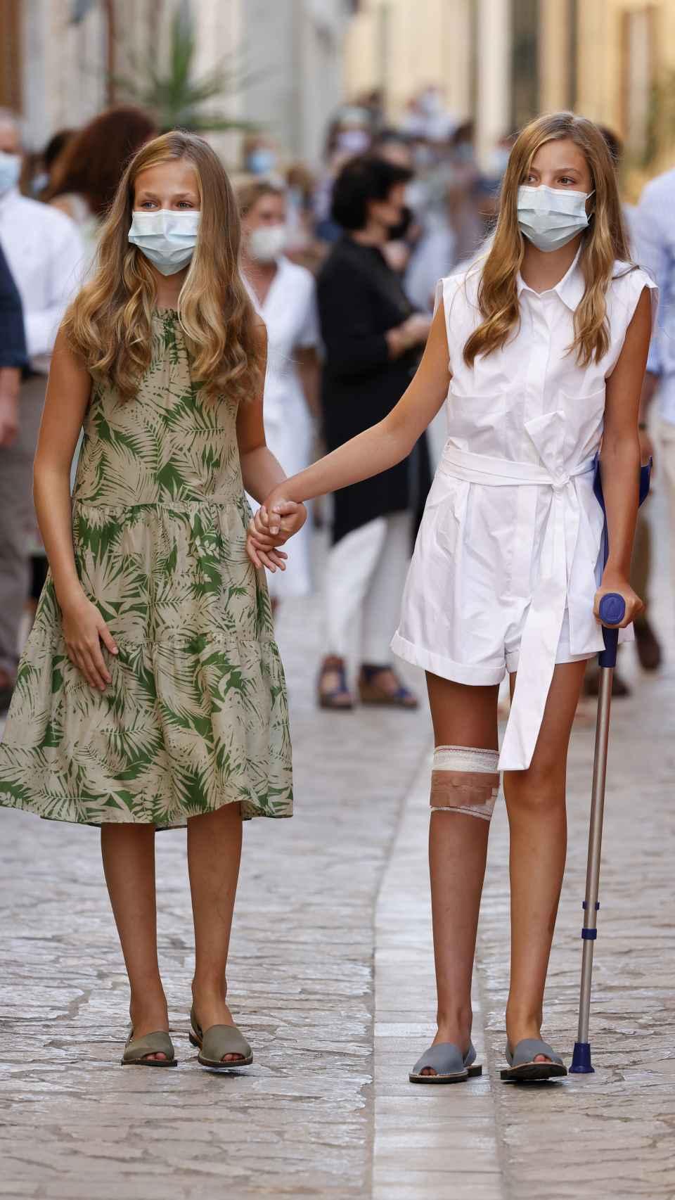 La princesa Leonor ayuda a caminar a su hermana Sofía porque tiene cinco puntos de sutura en la rodilla.