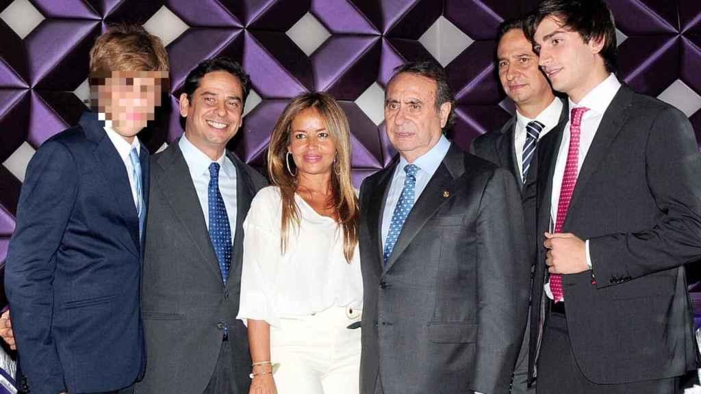 Pedro Trapote junto a su mujer y sus hijos en una imagen de archivo. Pedro Trapote Mateo es el segundo hijo empezando por la izquierda.