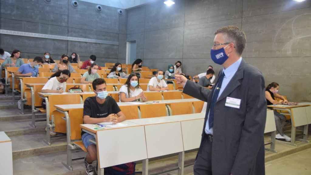 Un profesor explica el procedimiento de la EBAU en 2020, el primer año de la pandemia.
