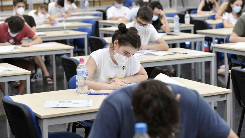 Un grupo de alumnos examinándose en la EBAU de 2020.
