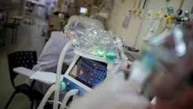Un joven paciente de UCI. EFE/Daniel Marenco