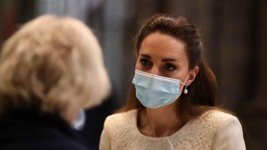 Kate Middleton luciendo unos pendientes de perlas en un reciente acto en Londres.