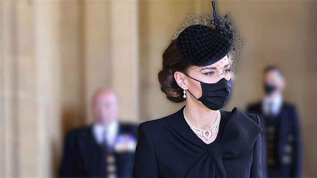 Kate Middleton con pendientes y collar de perlas, en el último adiós al duque de Edimburgo.
