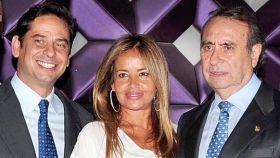 Pedro Trapote Mateo junto a su padre, Pedro Trapote, y la mujer de este, Begoña, en una imagen de archivo fechada en noviembre de 2011.