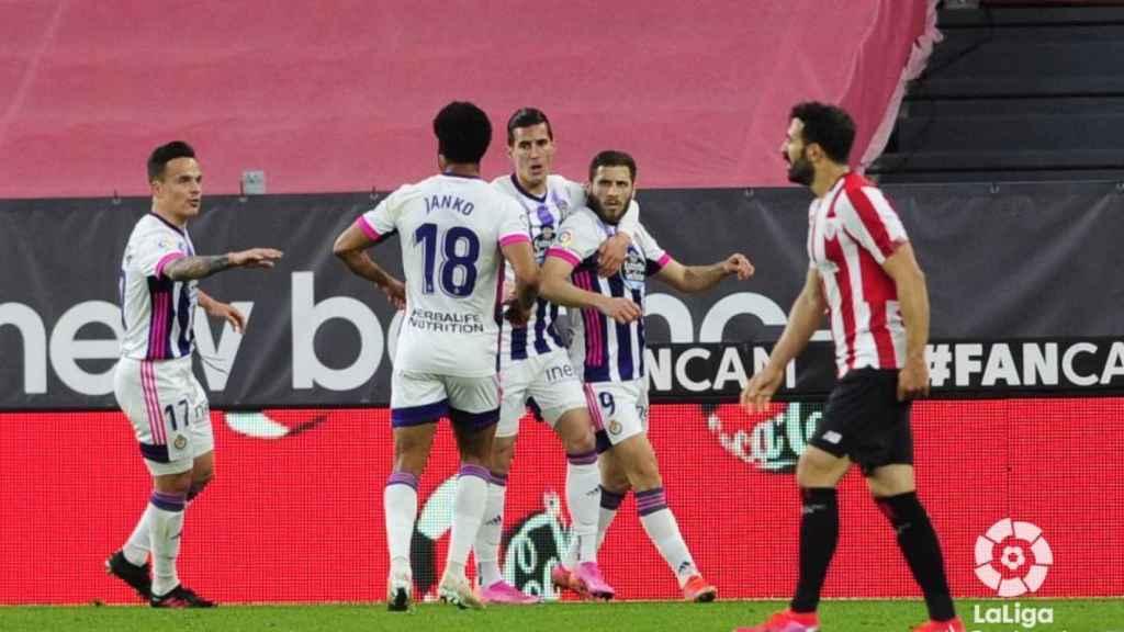 Los jugadores del Valladolid celebran el gol de Weissman ante el Athletic