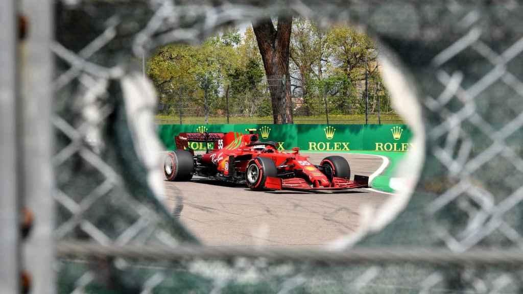 El Ferrari de Carlos Sainz Jr. en el circuito de Imola