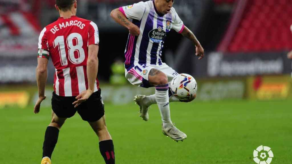 Orellana ante De Marcos, en el Athletic - Valladolid de la jornada 33 de La Liga 2020/2021