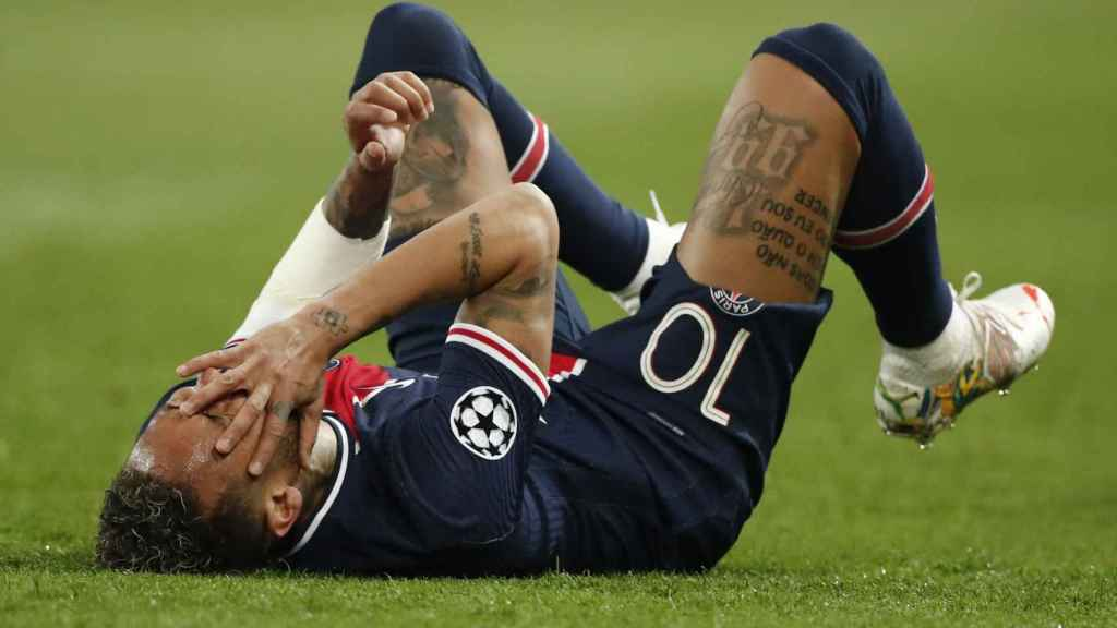 Neymar se duele sobre el césped