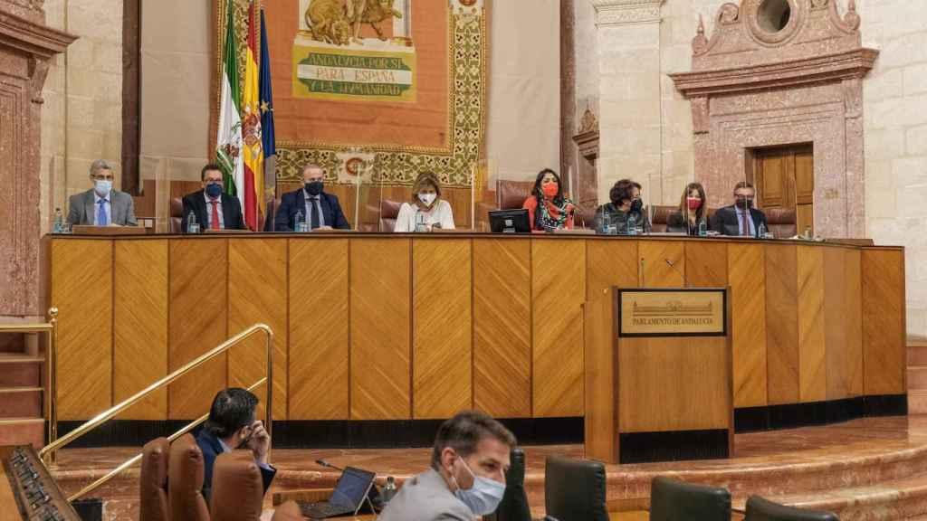 El Parlamento andaluz aprueba adaptar su Reglamento para castigar a los tránsfugas.