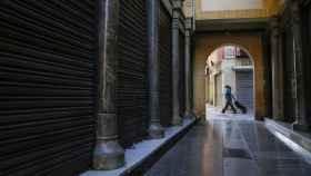 Una mujer pasea por Granada en el inicio del segundo estado de alarma.