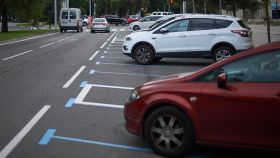 Varios coches aparcados en una zona azul de Pamplona.