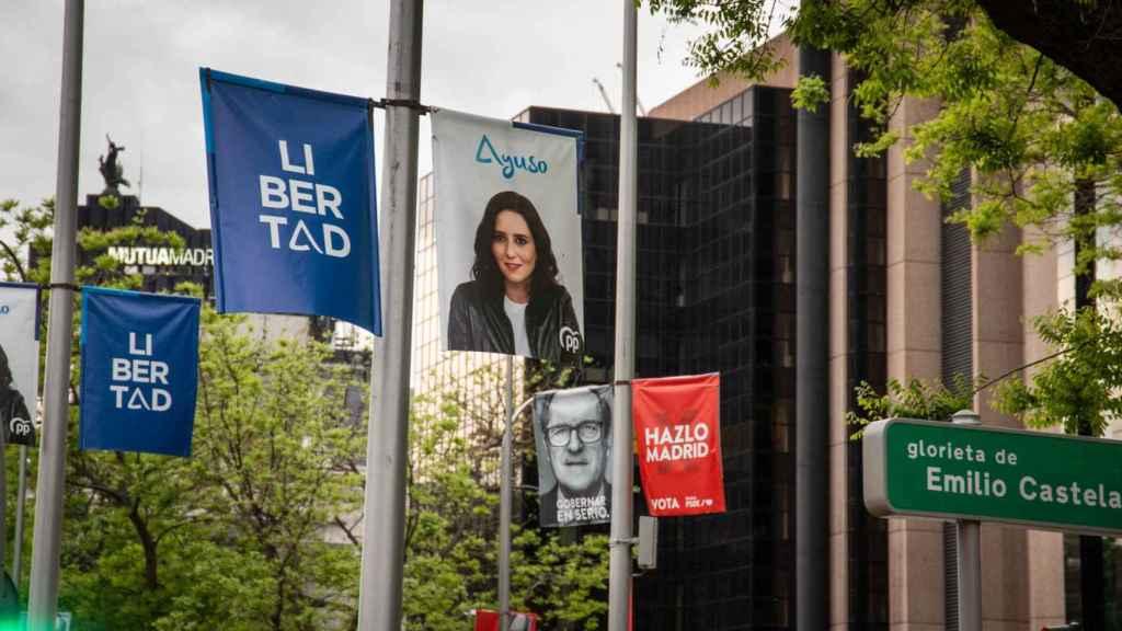 Carteles de Ayuso y Gabilondo enfrentados en el centro de Madrid, al lado de Chamberí.