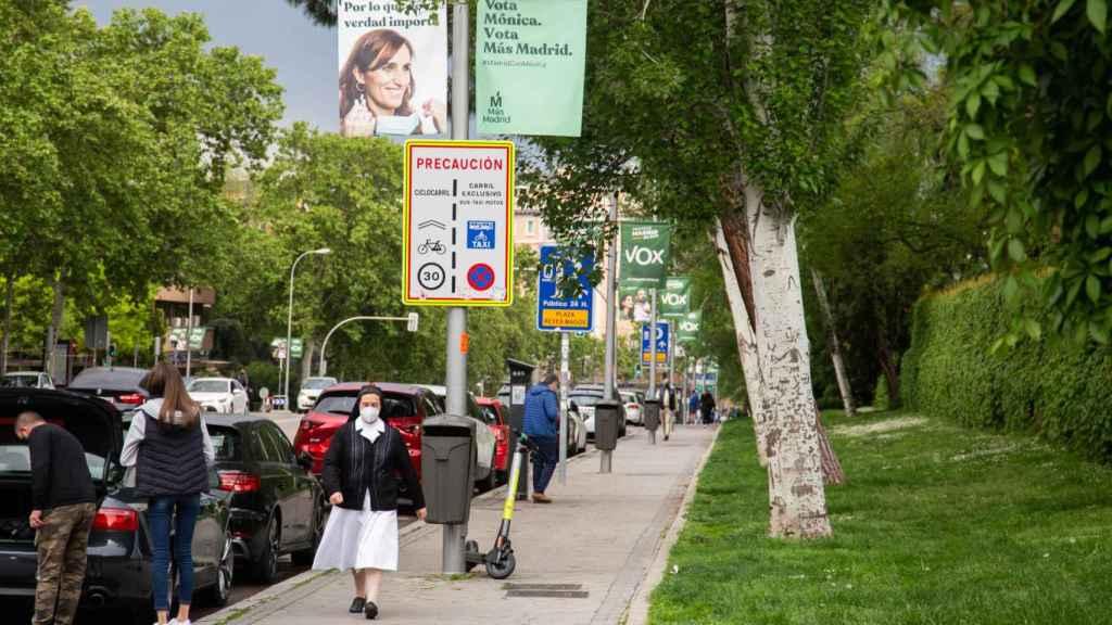 En el barrio de Niño Jesús, de Mónica García, conviven sobre todo carteles de Vox y Más Madrid.