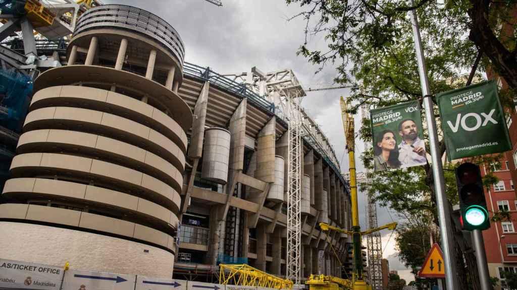 El estadio Santiago Bernabéu en obras, con un cartel electoral de Vox.