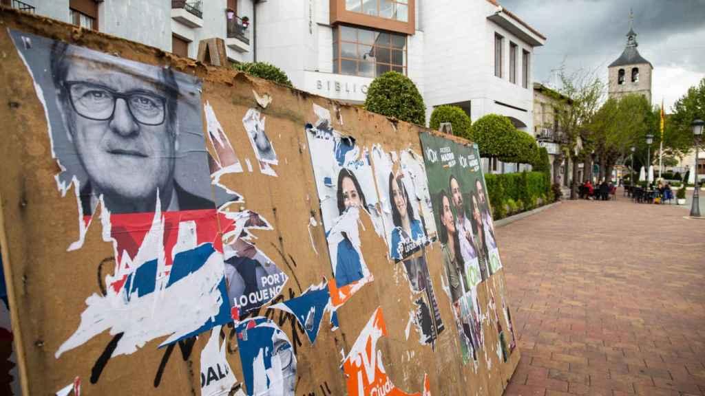 Una plancha de publicidad electoral, la mayoría arrancada.