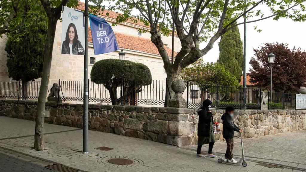 La mayoría de los carteles que adornan Galapagar son de Isabel Díaz Ayuso.