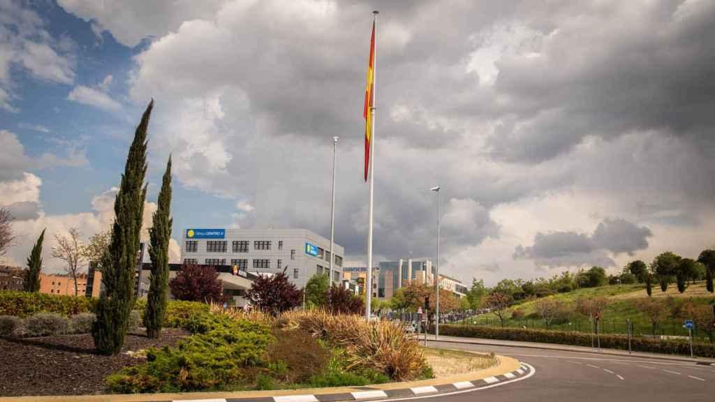 Una bandera de España ondea a las afueras de Mirasierra.