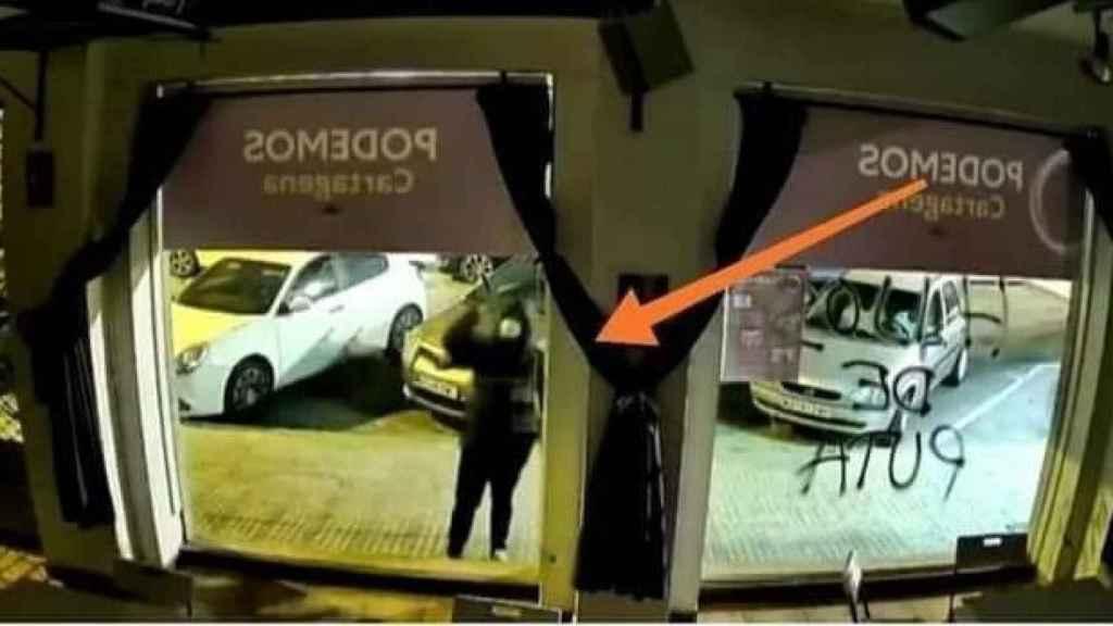 Uno de los fotogramas analizados por los policías nacionales del ataque a la sede de Podemos.