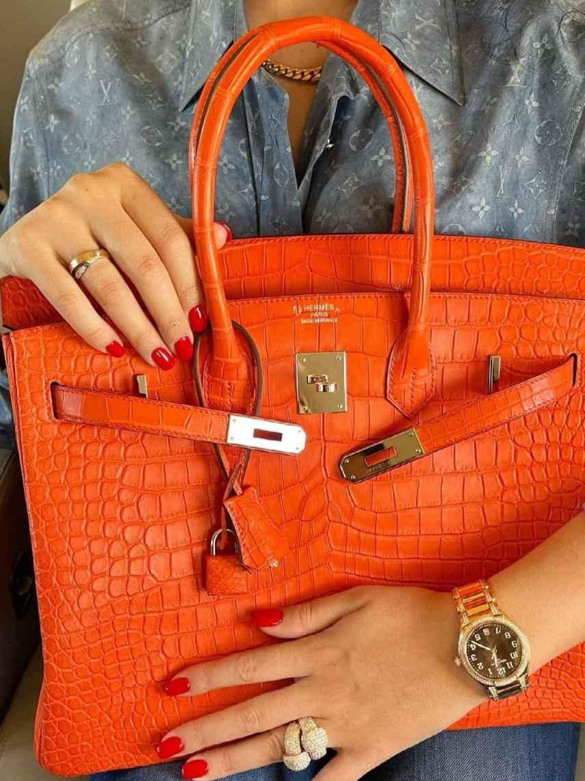 Georgina luciendo un bolso Birkin de Hermès en su último vuelo en jet privado.