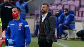 Diego Martínez, dando indicaciones al Granada en la banda