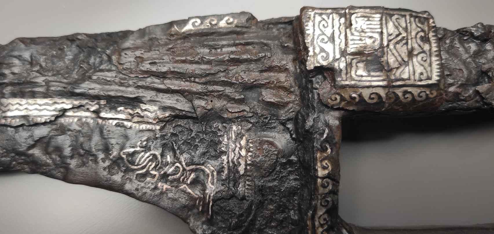 Detalle del nielado de plata en el arranque de la hoja y la empuñadura de la espada.