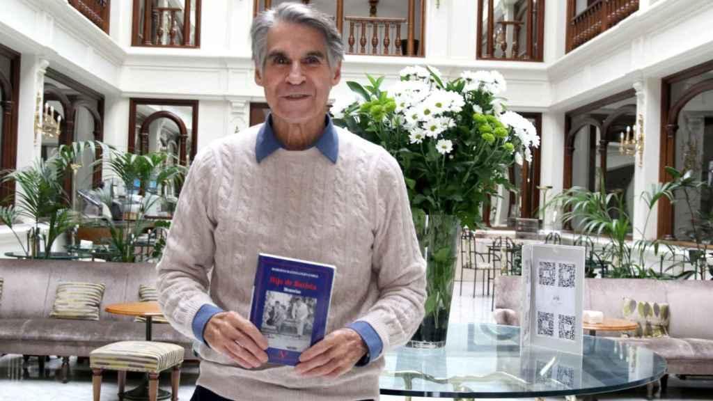Roberto Batista muestra 'Hijo de Batista', su libro de memorias.