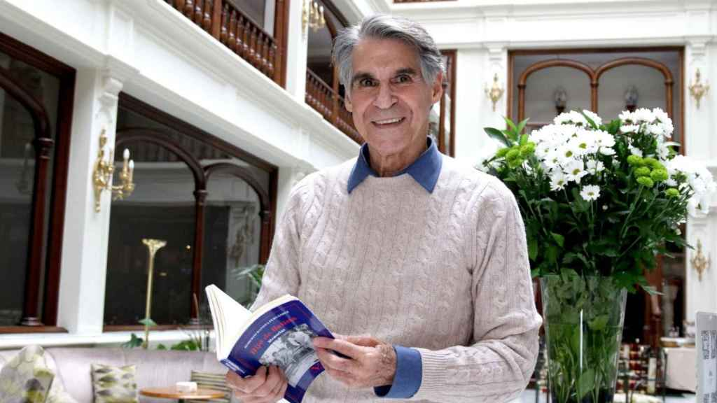 Roberto Batista hojea las páginas de su libro, 'Hijo de Batista'.
