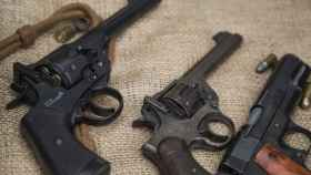 Varias armas de fuego.