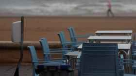 Terraza vacía en primera línea de playa.