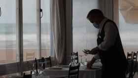 Un camarero en un local de la playa de Valencia.