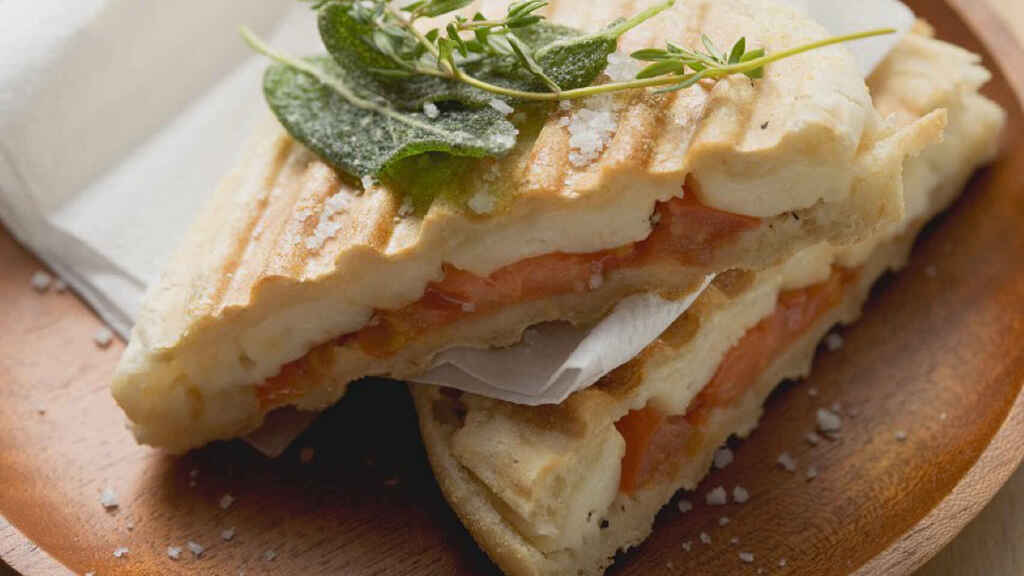 Sándwich de tomate y queso.
