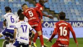 José Gragera defiende una jugada ante el Real Zaragoza
