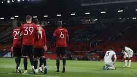 Los jugadores del Manchester United celebran el gol