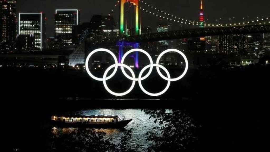 El puente del Arcoíris y la Torre de Tokio iluminadas con los aros olímpicos en primer plano en Tokio