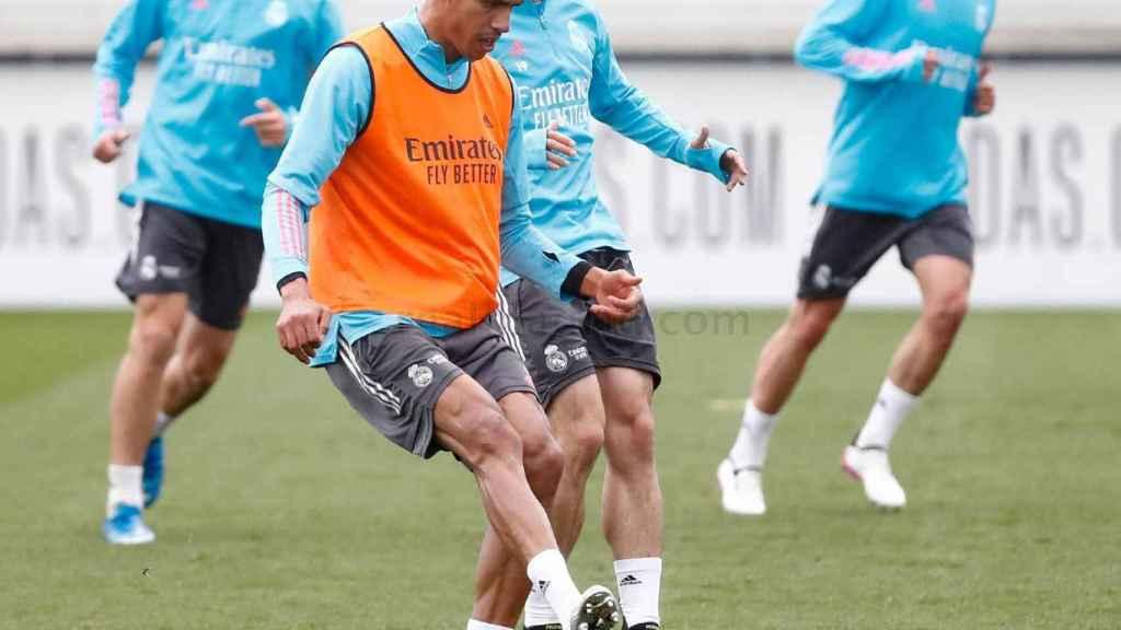 Rafael Varane y Álvaro Odriozola, durante un entrenamiento del Real Madrid