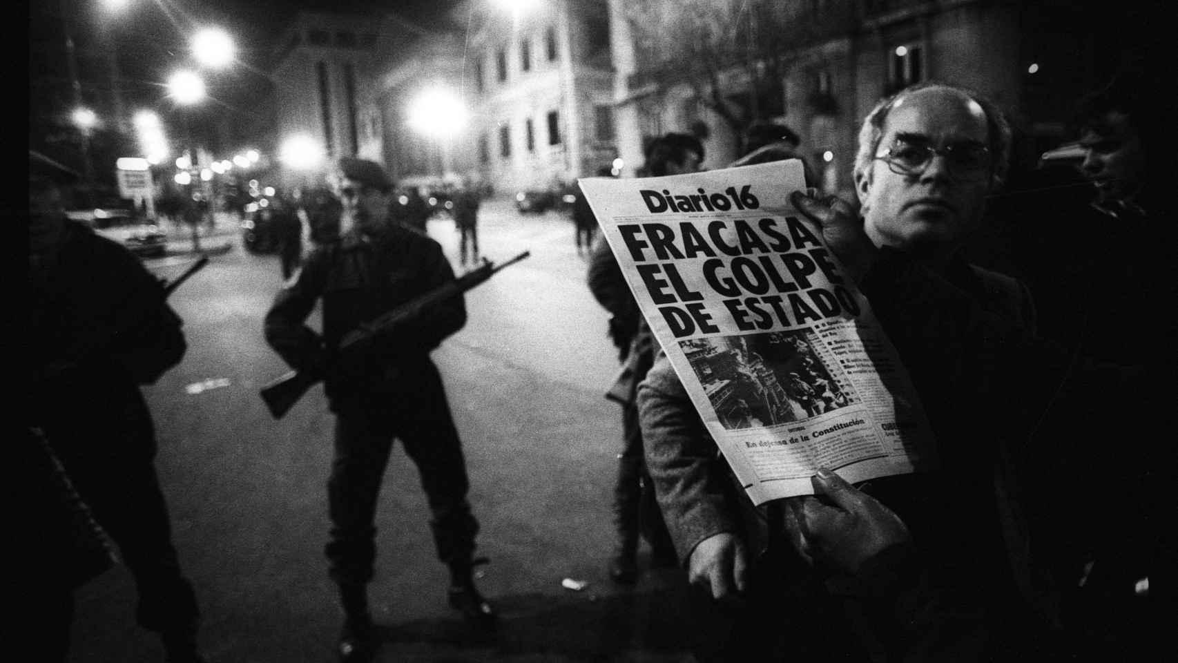 La primera edición de 'Diario 16' llegó junto a Las Cortes de madrugada con el titular que se lee. Sin embargo, Tejero y los guardias que le acompañaron seguían encañonando a esas horas a todos los parlamentarios en el interior del Congreso. Los guardias civiles estaban armados con fusiles de asalto.
