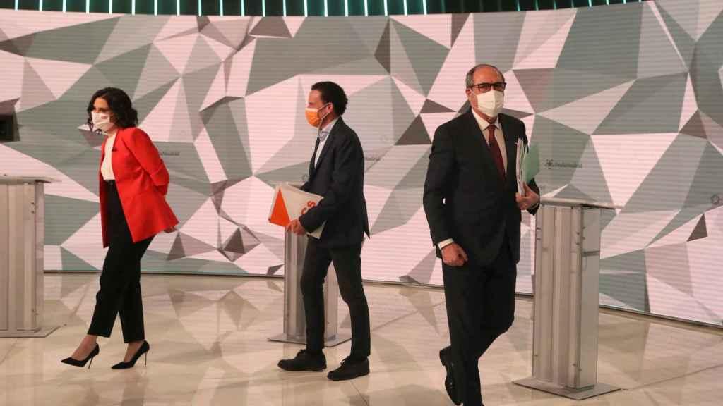 Edmundo Bal, entre Ayuso y Gabilondo el día del debate de candidatos.