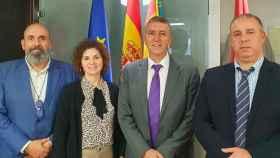 Hicham Housni (derecha) junto a miembros del Gobierno valenciano como Mª Dolores Parra, quien acudió sin éxito a buscarlo a Marruecos. EE