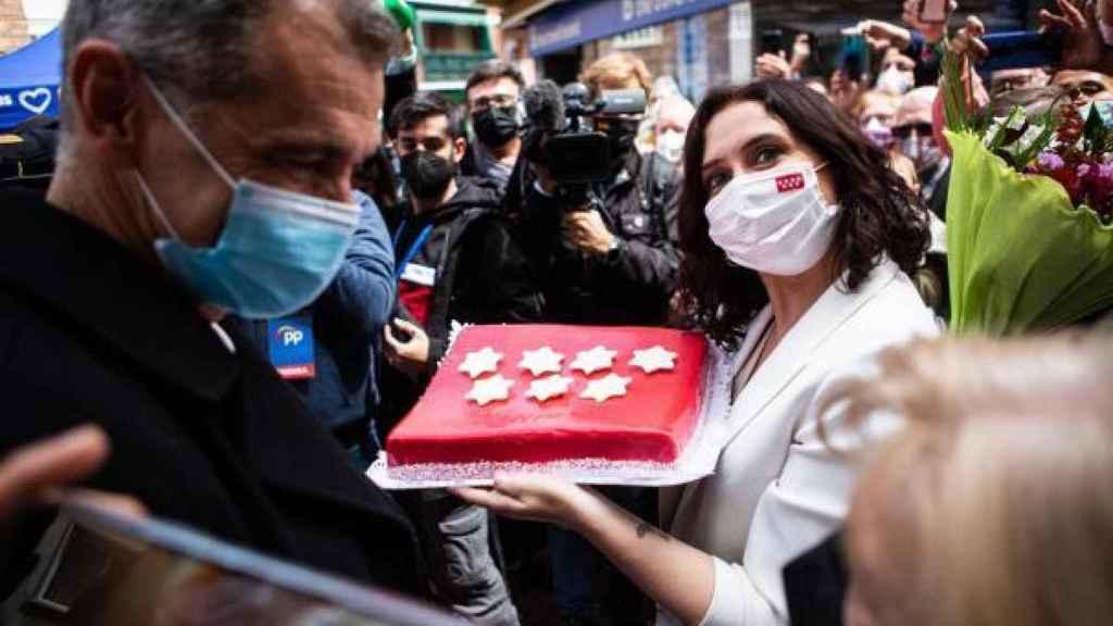La presidenta de la Comunidad de Madrid y candidata del Partido Popular a la reelección pasea por Alcobendas junto a Toni Cantó.