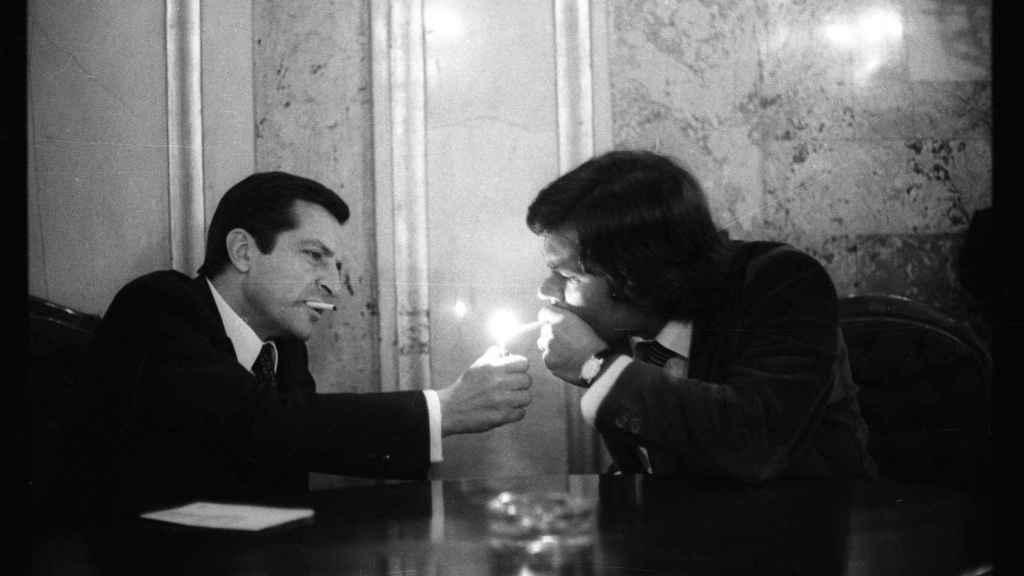 Adolfo Suárez enciende el cigarrillo de Felipe González en una sala del Congreso de los Diputados (octubre de 1978).