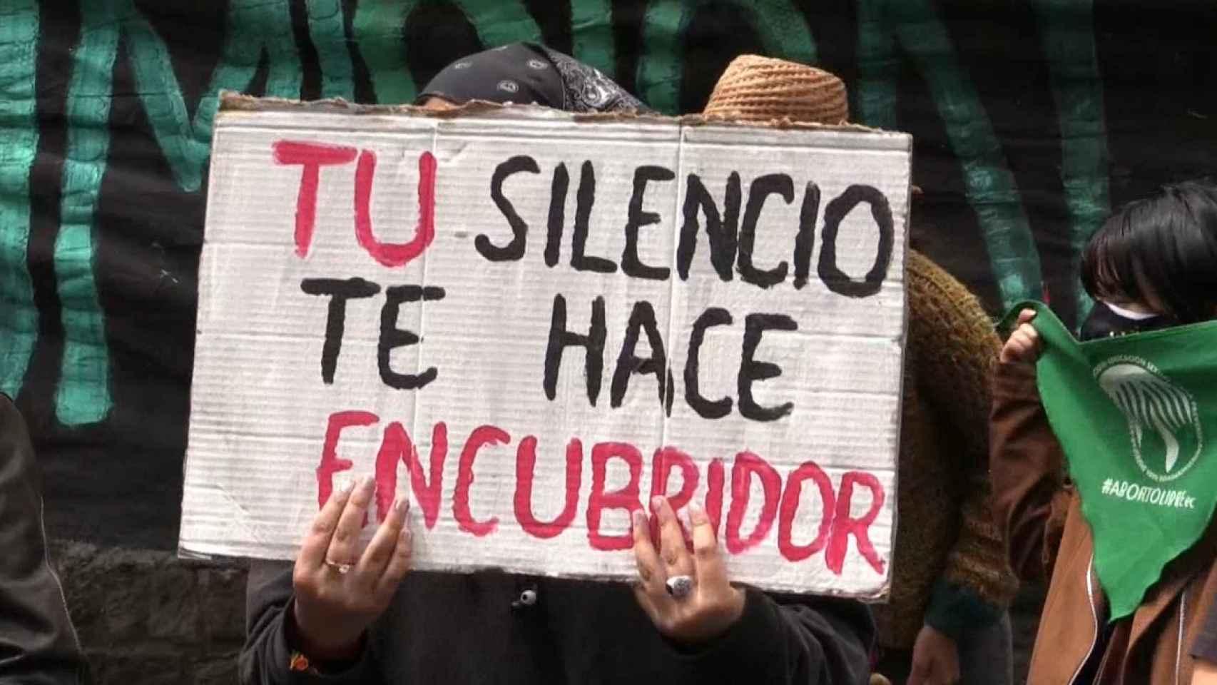 Cartel de una manifestante durante las movilizaciones a favor del aborto en Ecuador.