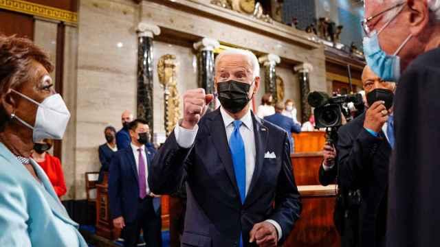 Biden junto a la  congresista Maxine Waters y el senador Bernie Sanders.