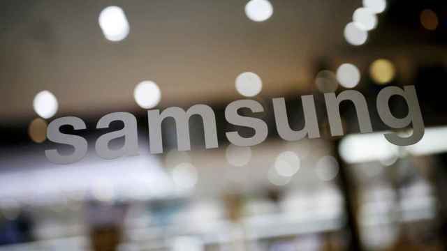 FILE PHOTO: The logo of Samsung Electronics is seen at its headquarters in Seoul