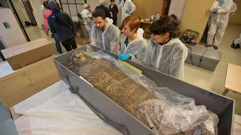 La momia corresponde a una mujer de entre 20-30 años que murió hace dos milenios.