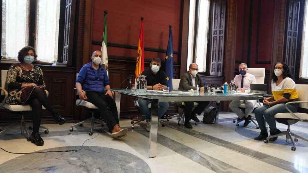 Encuentro de Elías Bendodo con los representantes de la plantilla de Abengoa.