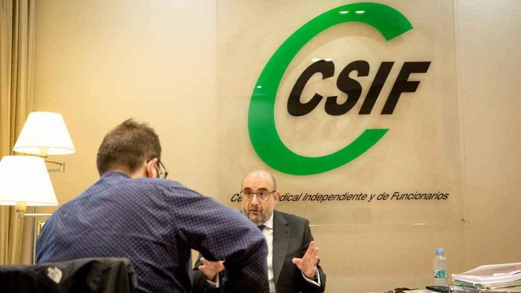 Miguel Borra, en su despacho, durante la entrevista. (Esteban Palazuelos)
