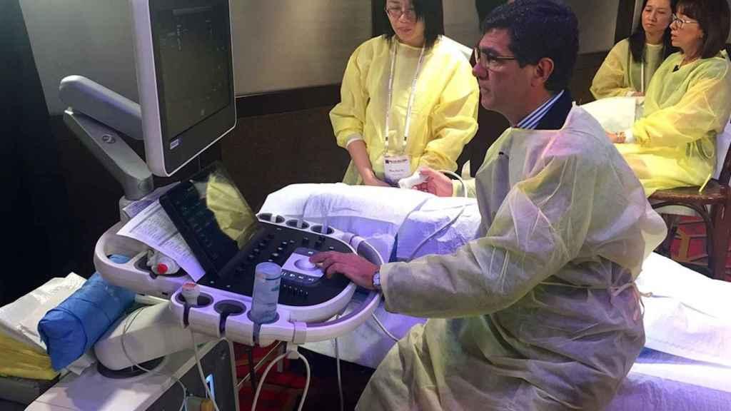 José Luis Zamorano realizando un ecocardiograma en Hong Kong.