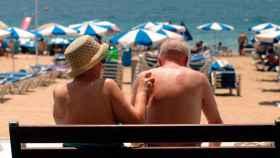 Dos jubilados en la playa.